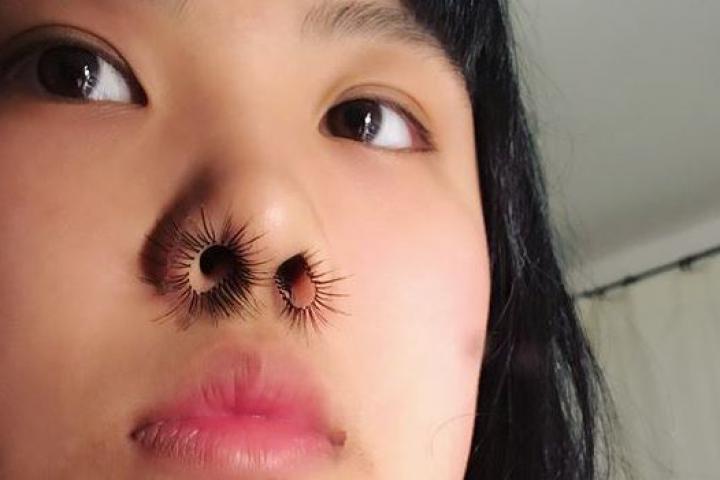 Faux cils dans le nez